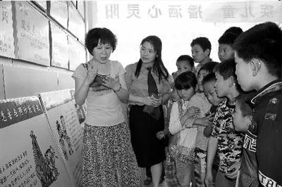 活动中,女检察官们带来了自制的法律宣传展板,专门聘请手语翻译,为
