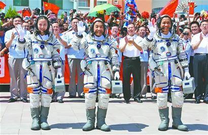 航天员聂海胜(前右一),张晓光(前中),王亚平在出征仪式上. 新华社发