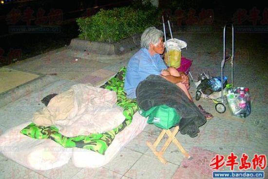 老太喜欢在外面睡   7月29日晚上9点左右,网友贝哥万岁万岁万万岁在威海路和洮南路交叉口,拍了一张老太太睡在人行道上的照片。满头白发的老太太侧躺在人行道上,一边是车水马龙的威海路,一边是人来人往的人行道,老太太似乎睡得还很香,旁边还放着一个小推车。   贝哥万岁万岁万万岁说,老奶奶与她儿子靠拾垃圾为生,原来住的地方堆满垃圾,被物业赶了出来,现在只能住马路。   当晚9点多,记者赶去威海路和洮南路交叉口,威海路上的车渐渐少了,公交站牌处两三个年轻男女等着最后一班车,站牌十米远处便是老太太睡觉的