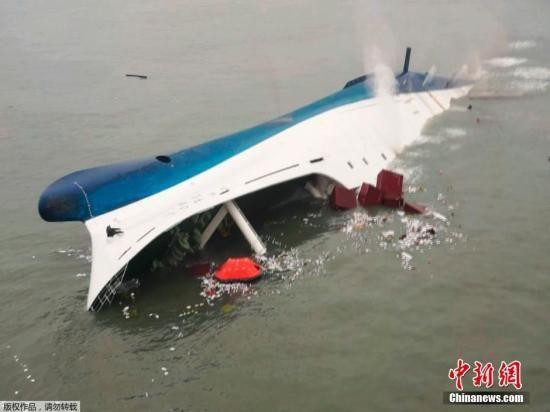 据韩国YTN电视台报道,16日在韩国西南部海域发生的客轮倾覆事故。   视频:韩国沉船事故:船内结构复杂迅速倾斜时难以找到逃生通道来源:上海东方高清   中新网4月17日电 16日发生的韩国客轮沉没事故,引发巨轮为何下沉如此之快且将那么多人困在船中的疑问。美国媒体17日报道,专家们表示,轮船是拥有防破坏设计的,包括对外来力量的耐受考虑,但这样的系统并不是天衣无缝的。一旦有水漫入某些隔间,即便是大型轮船也会迅速下沉。   韩国的这艘客轮名为岁月号(Sewol),长145米,宽