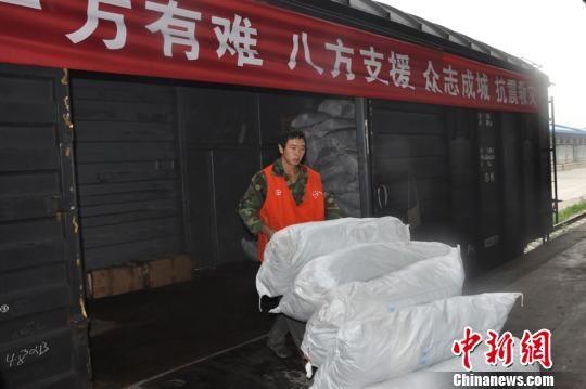 成都铁路局抢卸第一批运抵云南昭通的衣物