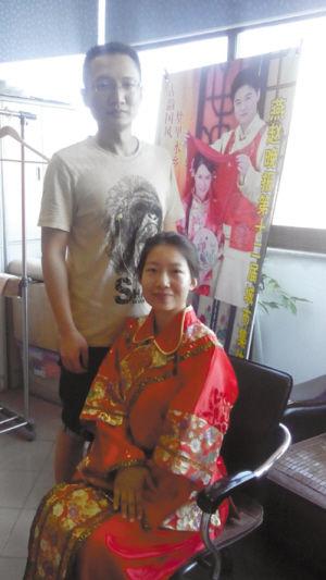 幸运的小崔成为第一位试穿绣禾嫁衣的准新娘,为我们演绎了复古绣禾服图片