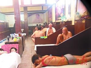 到传统澡堂泡澡不仅是许多老北京的生活方式,也引起了个别年轻人的图片