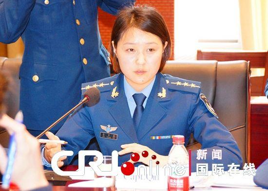 同为女性的驻华空军武官俱乐部主任,法国空军武官毕雅欣中校,为