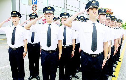 湖北日报讯 1日,27名曾参加百次以上重大国事活动的三军仪仗队退伍兵通过考核,开始担任南航航班安全员。南航湖北分公司介绍,他们将在广州飞行全国各地的航班上执行安保任务,武汉乘客乘坐往返广州的南航飞机,就有可能碰上他们。 (通讯员马旭辉 记者成熔兴摄)