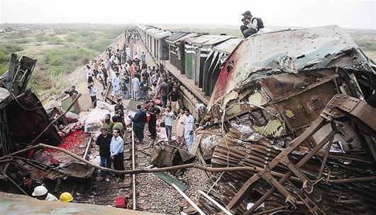 图文:巴基斯坦两列客运列车相撞脱轨