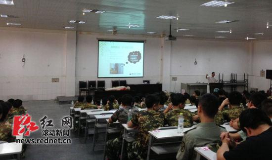 日,湖南省儿童医院急救专家走进湖南广益实验中学,300名高一新
