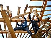 藏族村民在甘肃文县花庄坝村建造新房