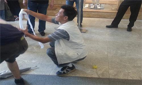 """约30名香港人带着""""粪便""""道具,在商场内先后8次模仿内地幼童街上便溺。"""