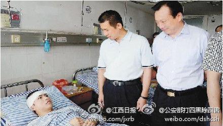 江西高三学生柳艳兵和易政勇在公共汽车上勇搏持刀行凶歹徒,因受伤错过高考。