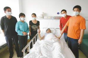 儿子偷偷捐肝救父父子术后状况良好住同一病房