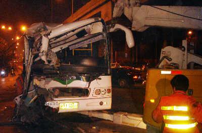 公交车抢黄灯失控撞桥25名乘客受伤(图)