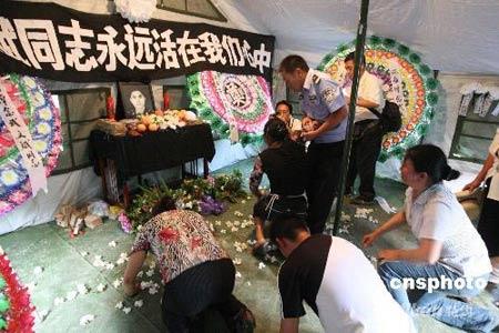 济南军区战士在灾区劳累过度猝死