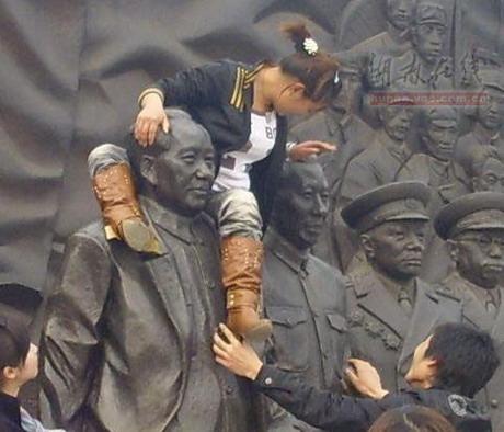 女子骑上毛泽东塑像拍照遭网友斥责(图)