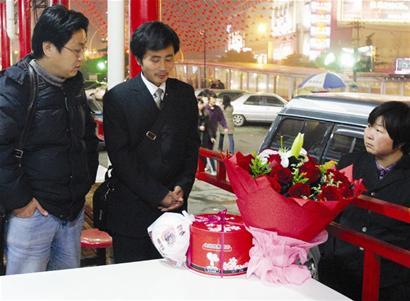 青年捧鲜花在商场门口等女友八天(图)