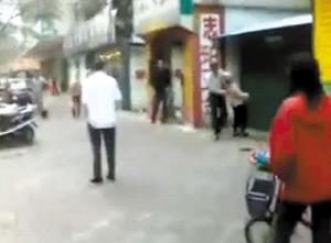 佛山城管当街殴打白发老太被拍下(视频)