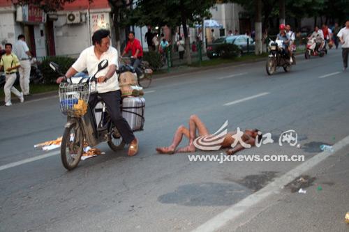 男子裸躺街头被路人误认为尸体报警(图)