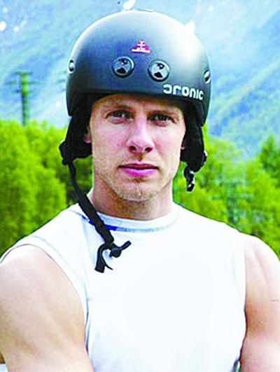 挪威男子300米悬崖上单手倒立(图)