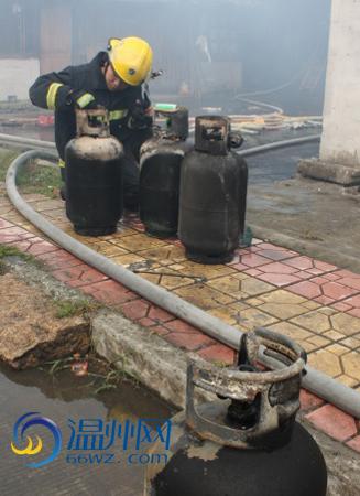 消防抢出6个煤气罐