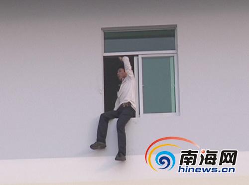男子讨薪不成欲跳楼警方找包工头拿钱救人(图)