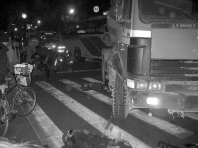 混凝土搅拌车倒车时碾死骑自行车父女(图)