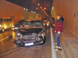 两车追尾引发6起车祸 车主忙度假自行离开(图)