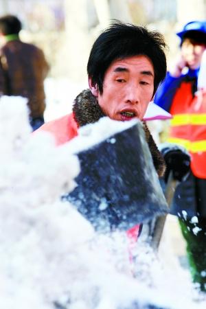 环卫工人范根柱还在忙着扫雪-环卫工人除雪3天睡眠时间不足10小时图片