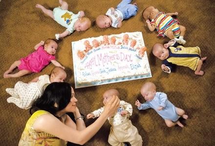 八胞胎单身妈妈靠接受采访抚养孩子