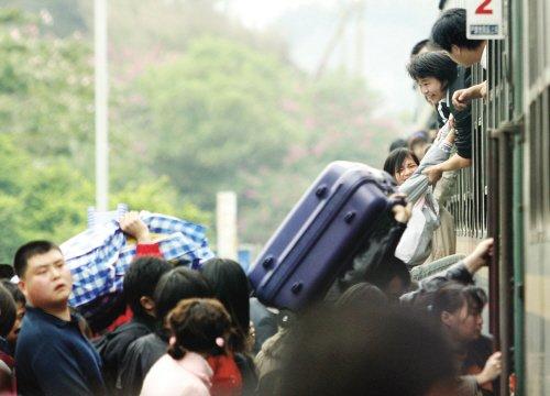 东莞车站站长书记因列车员帮旅客爬窗被免职