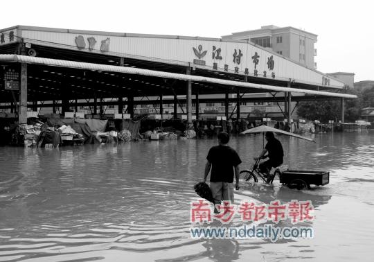 江村农贸市场700档口被淹 为广州最大产地蔬菜批发市场,工作人员称对图片