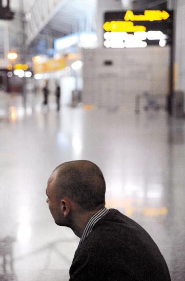 在机场候机厅,让・蒙特里特焦急地等待飞机起飞的一刻