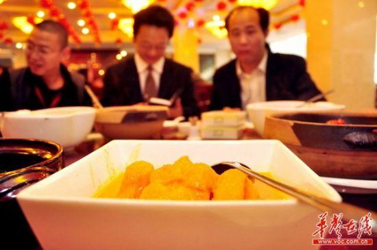 一顿平常而丰盛的绿色午餐,薛蛮子和企业家吃得不亦乐呼。(记者:王立三摄)