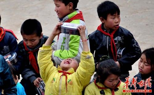 孩子们领到新发的饭盒,难掩激动心情。