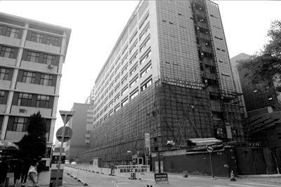 正在施工的协和医院门诊急诊大楼。本报记者杨天啸摄