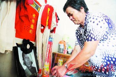 刘士胜在李家珍老人的遗像前,捋了捋头发,整理下衣服,深深地鞠了一个躬。