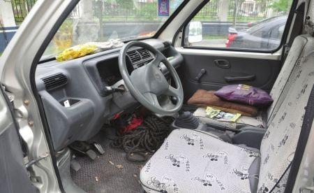 4月17日,警方发现被张某遗留在副驾座位上的花生包装袋。