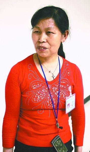 保潔阿姨吳秀英對事態發展困惑不解。 記者 何曉剛 攝