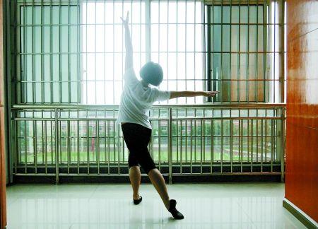 重庆市第二女劳教所,受访者正排练舞蹈《蜕变》。 记者 张永波 摄
