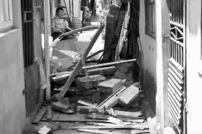 防盗门窗、砖块散落一地本报记者陈意俊摄