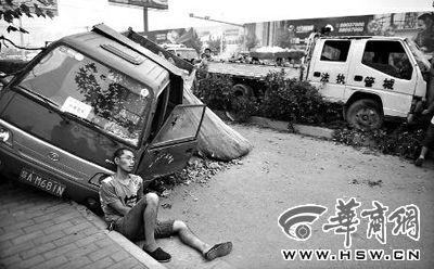 城管执法车逼翻拒停小货车致司机受伤
