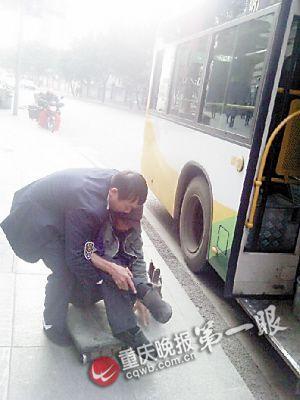 刘益锡抱残疾人下车