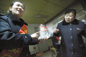 车站人员在讲述当时情况,一桶5斤的白酒已被喝掉大半记者 周杰 摄