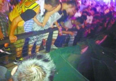 Picking up toys female hawkers stumble over the fence 10 meters underground mall death