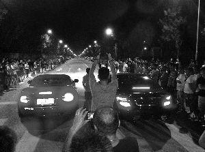 蓄势待发的两车之间站着裁判,手臂挥下,发出指令。