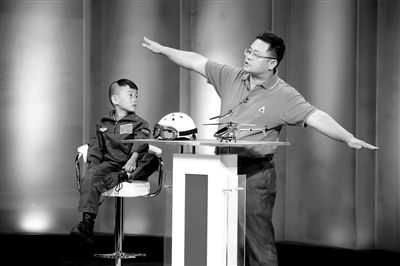 """9月6日,""""鹰爸""""和多多在北京科影制片厂录制一档节目。新京报记者 侯少卿 摄"""