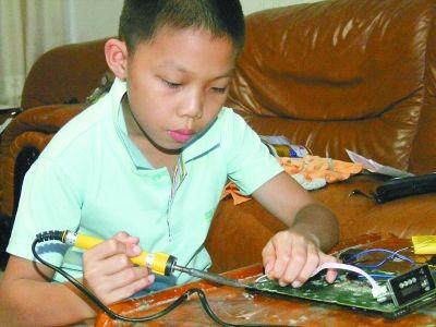 朱彦臻在做电子测试。受访者供图