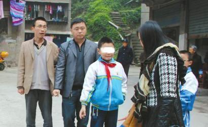 当事小孩向记者介绍事发当日情况。图片来源:华西都市报