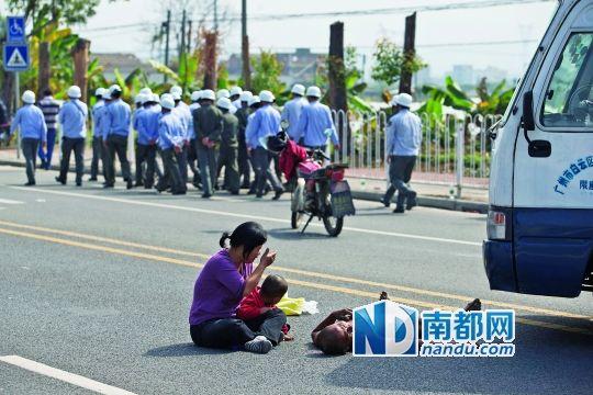 躺在小巴前的男子头部有血迹,妻儿在旁守候。 南都记者 黎湛均 摄