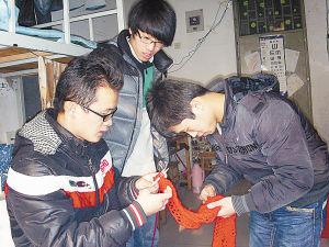 ■田学鹏给同学讲解织围巾的技巧。
