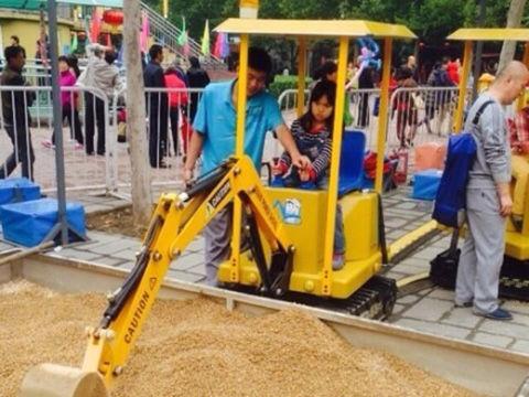 儿童挖掘机走红:40元玩5分钟17000元一台